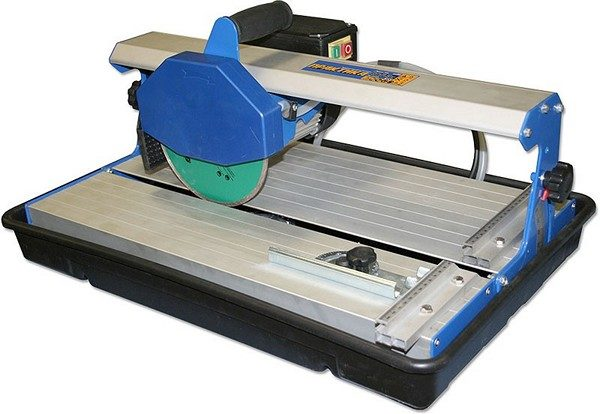 Электрический плиткорез значительно упрощает работу и повышает её качество.