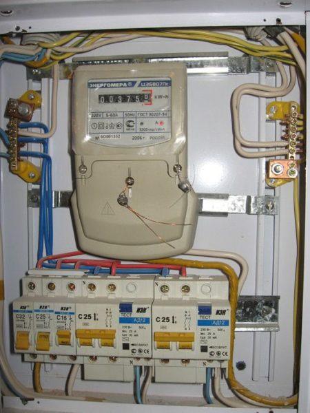 Электрический щиток с устройством защитного отключения и автоматами.
