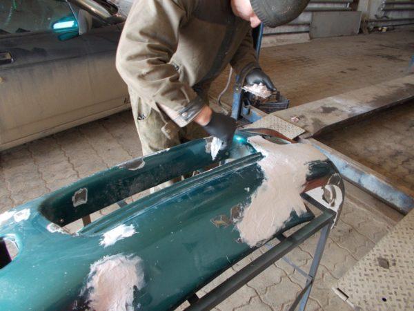 Эпоксидная шпатлевка быстрого отверждения при реставрации пластикового бампера наносится резиновым шпателем