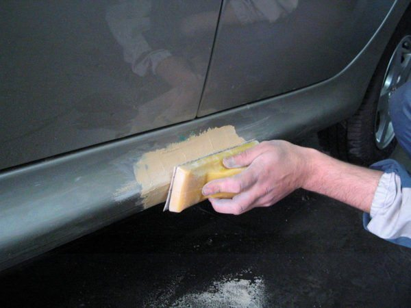 Эпоксидная шпатлёвка поможет выполнять ремонт не только предметов домашнего интерьера, но и элементов вашего автомобиля