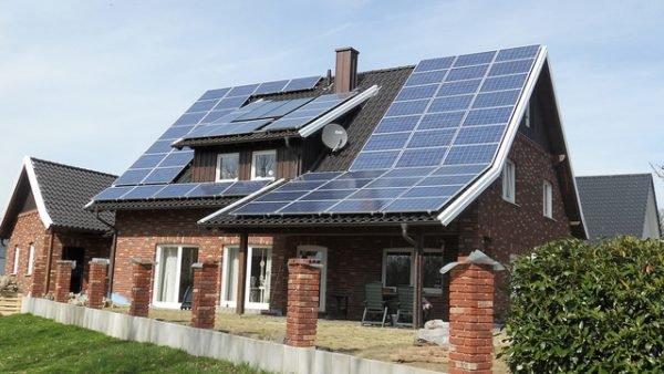 Если дом загородом и его нельзя подключить к коммунальной сети, солнечные батареи будут генерировать электроток.