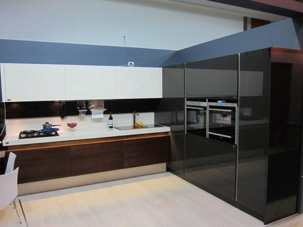 Если интерьер нужно оформить как можно современнее, подойдет комбинированная кухня из массива и глянца