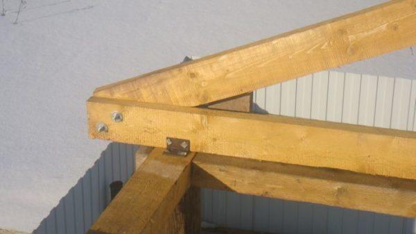 Если крыша небольшая, выполнить соединения можно болтами