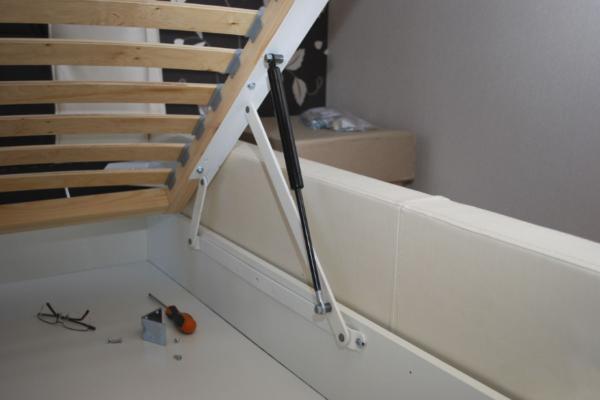 Если не планируется выдвижной ящик для постельных принадлежностей, можно сделать подъемное ложе, под которым для хранения будет достаточно места