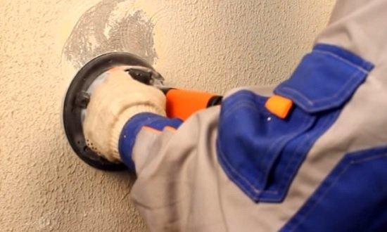 Если неровности есть на отдельных участках, то проще их удалить, чем выравнивать всю стену
