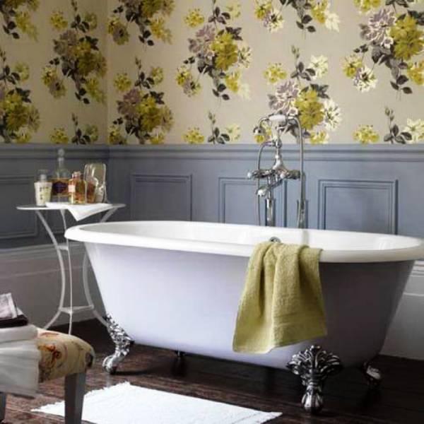 Если обои клеятся в ванной или другом влажном помещении, то стены обрабатываются особым образом