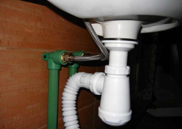 Если сифон после заполнения водяного затвора остаётся сухим снаружи, значит, его сборка и установка прошли успешно