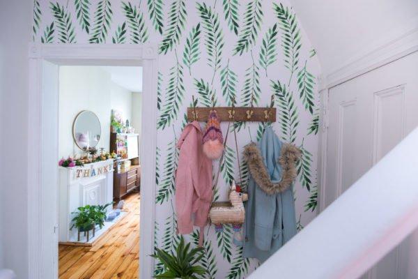 Если светлые полотнища можно мыть, то они подходят для коридора.