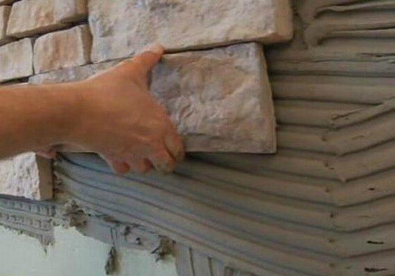 Если у материала хорошая тиксотропность, камень можно класть сверху вниз.