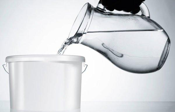 Если у вас концентрат, то в емкость вначале заливается вода, а потом добавляется нужное количество состава