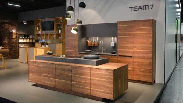 Если вы думаете, что все деревянные кухни выглядят консервативно, то это не так, например, этот вариант впишется в любой современный интерьер