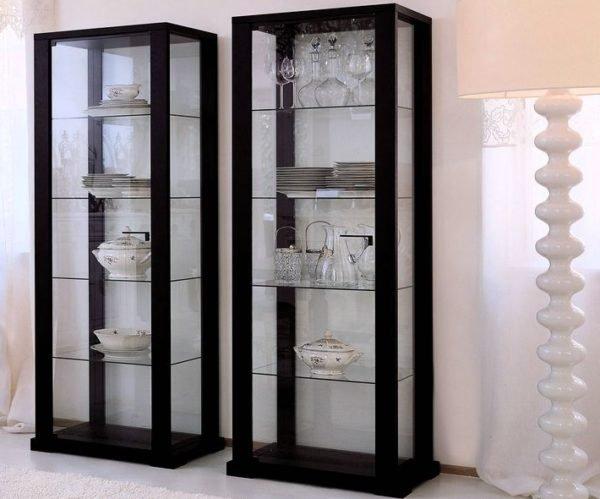 Этот вариант мебели хорош тем, что обеспечивает отличный обзор содержимого полок