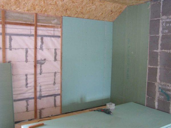Эту задачу можно решить слоем дополнительной пароизоляции на внутренней стороне стены. На снимке для этой цели использована подложка из полиэтилена.