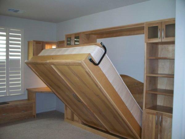 Фасад из мебельного щита — это решение, рассчитанное на ценителя, так как такой вариант обойдётся недешево, причем внешне такая кровать смотрится не лучше, чем изделия из ДСП