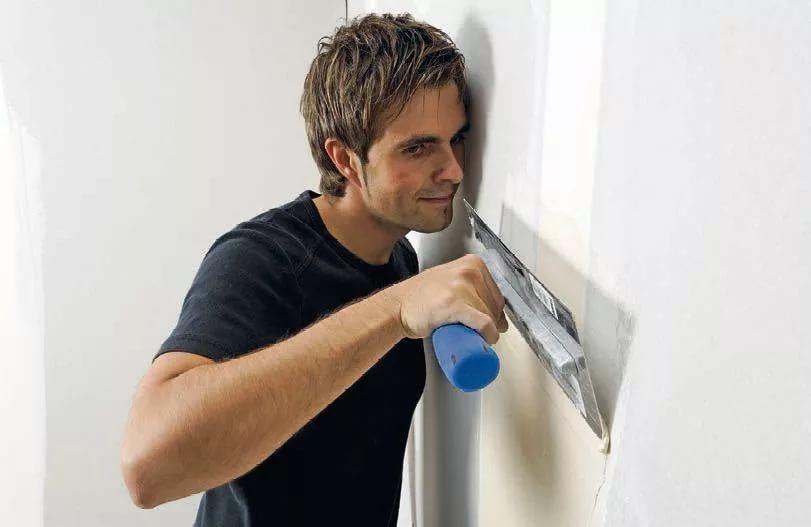 Финишное шпатлевание позволяет сделать поверхность стен идеально гладкой