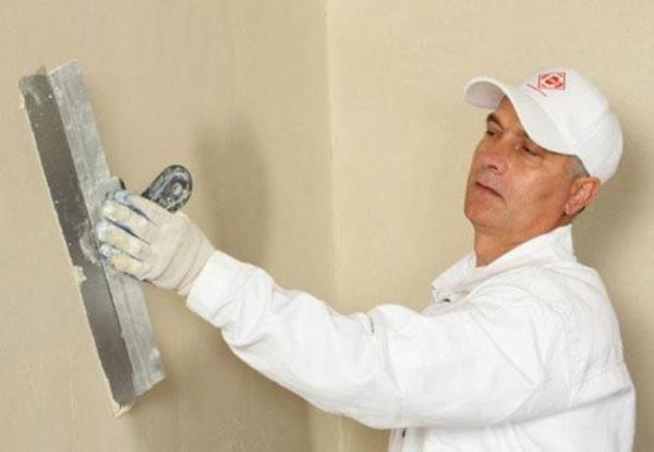 Финишное выравнивание стен шпаклевкой требует определенных навыков.