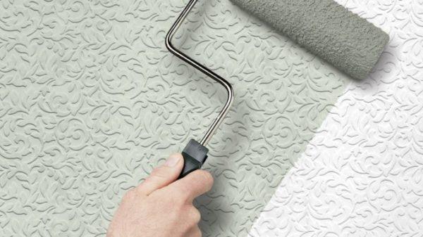 Флизелиновые полотнища после наклеивания нужно красить.