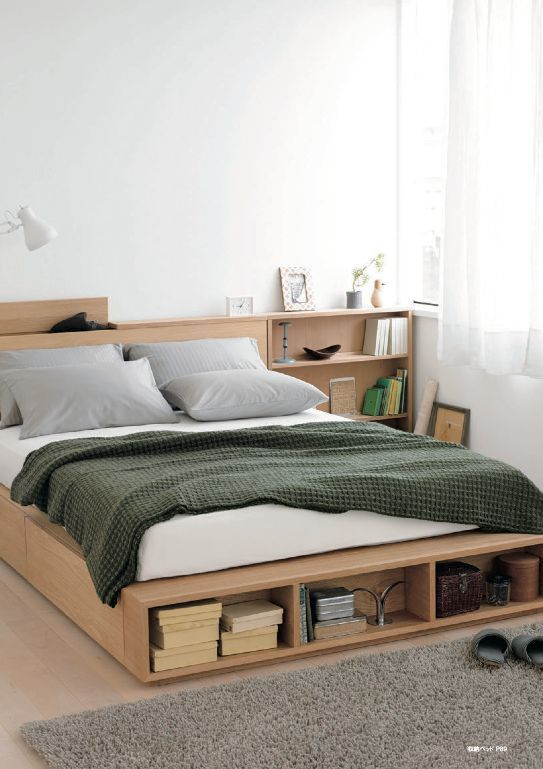 Фото кровати с полками для книг и других предметов