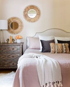 Фото спальни с зеркалами над кроватью.
