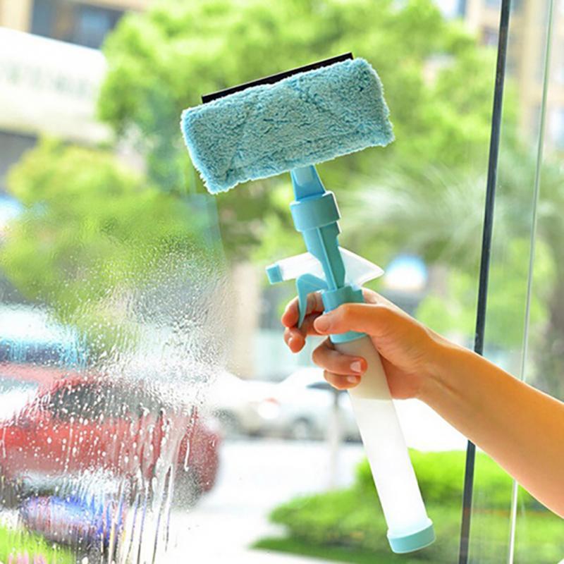 Чтобы в процессе мытья окон не появлялись разводы, лучше использовать не тряпку, а специальную щетку – стекломой