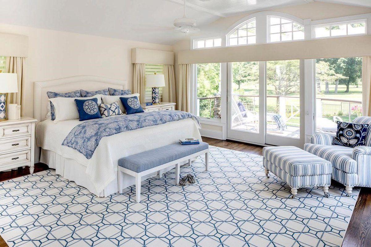 Для спальни лучше выбирать компактное кресло, которое не займет много места