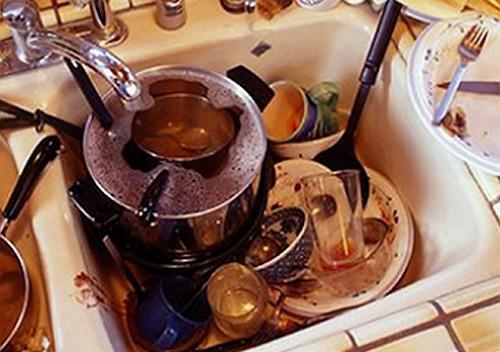 Фото грязной посуды в раковине.