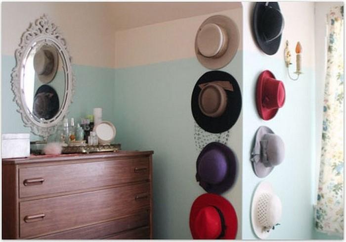 Фото оформления стены при помощи летних соломенных шляпок.