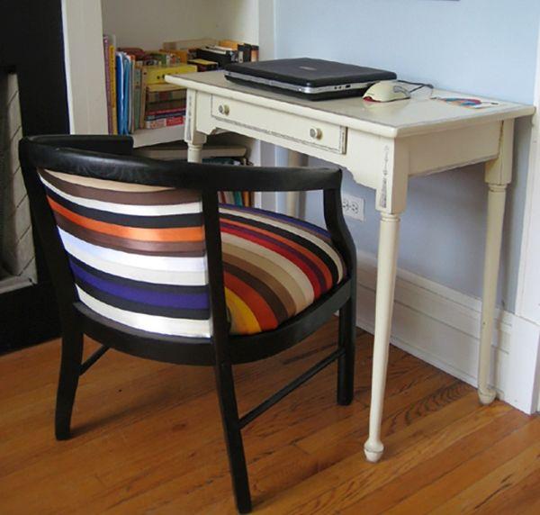 Фото старинного стула обтянутого новой тканью на современный лад.
