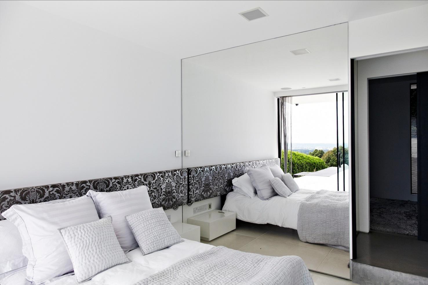 Если зеркало располагается напротив окна, то хорошее освещение в комнате обеспечено