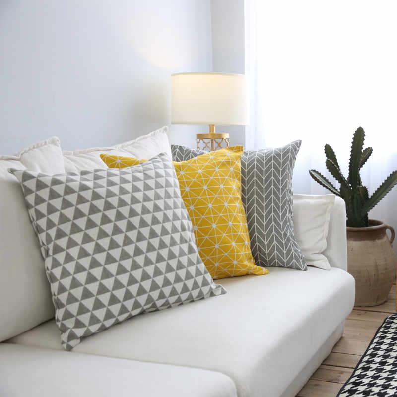 На кресле достаточно одной подушки, а на диване двух-трех