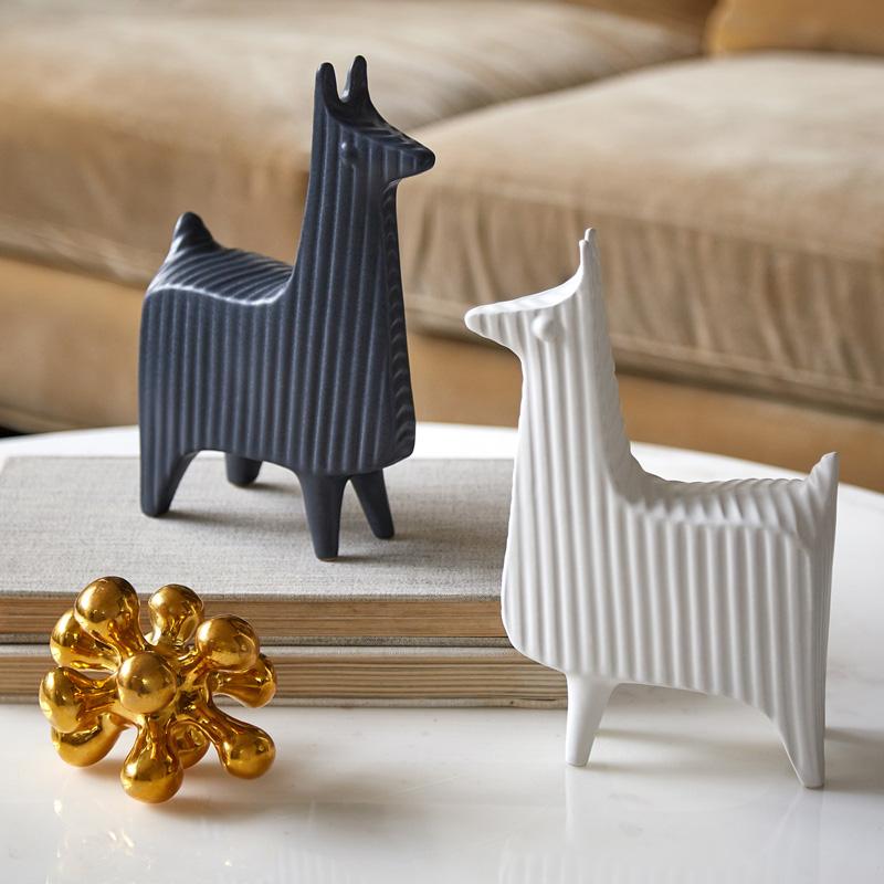 Декоративные предметы не должны быть слишком маленькими, так как будут теряться в интерьере
