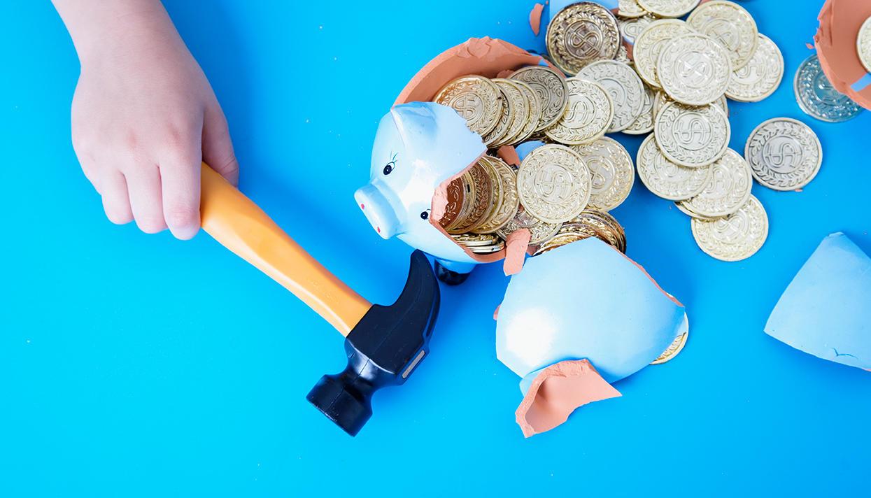 Откладывать деньги на финансовую подушку сложнее, чем копить на что-то
