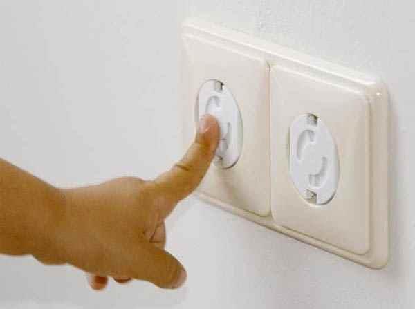 Если розетки закрыты специальными безопасными заглушками, то ваш ребёнок в безопасности