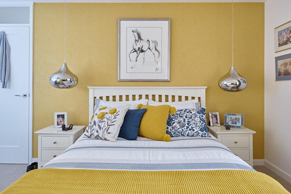 Бежево-солнечный интерьер спальни