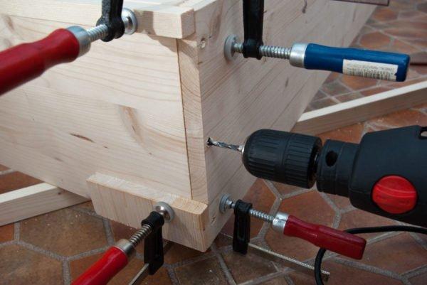 Формированием прямого угла с использованием струбцин