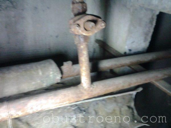 Фото из подвала: на переднем плане – обратка с запорным вентилем.