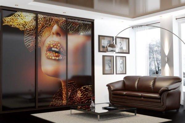 Фотопечать – технология, в рамках которой на виниловую плёнку наносится изображение, и плёнка, в свою очередь, клеится поверх дизайнерского фасада