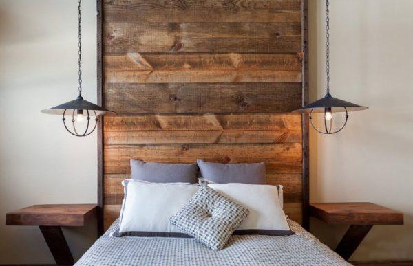 Фрагментарная отделка стены в изголовье кровати.