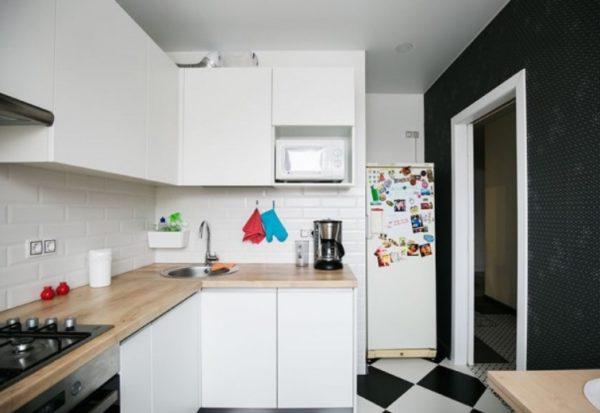 Г-образная планировка позволяет эффективно задействовать угол кухни, оставив при этом место для обеденного гарнитура