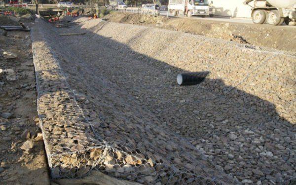 Габионами матрацного типа удобно обустраивать склоны и русла рек.