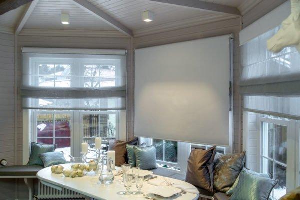Гармонично на таком окне смотрятся рулонные шторки.