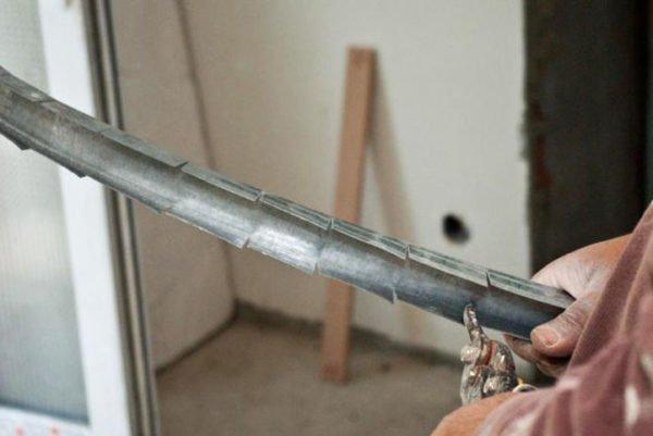 Гибкий профиль можно сделать из направляющего, надрезав его боковые стенки с шагом в несколько сантиметров.
