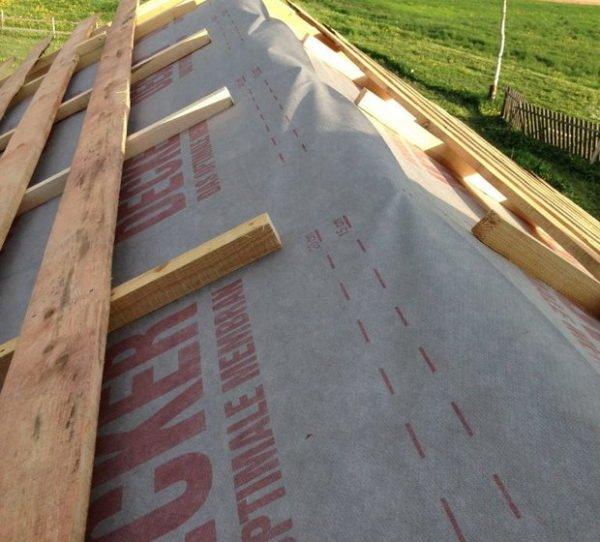 Гидроизоляция и обрешетка крыши осуществляется по стандартной схеме