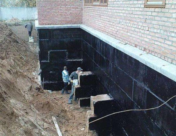 Гидроизоляция не только защищает помещение от влаги, но и продлевает срок службы здания