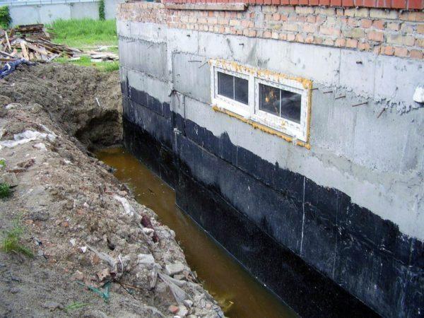 Гидроизоляция позволяет защитить основание дома от влаги