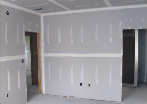 Гипсокартонные стены на стадии предчистовой отделки.