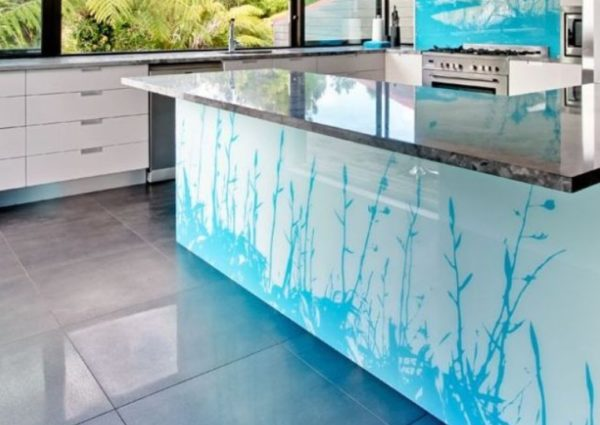 Глянцевый стол с изящным узором станет настоящей изюминкой вашей кухни