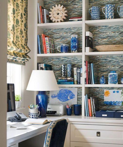 Голубоватый тон задней стенки с белой мебелью – гармоничное сочетание