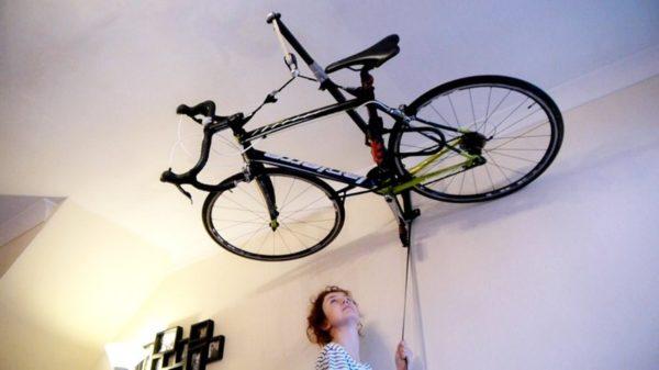 Горизонтальное расположение велосипеда под потолком на консольной балке.