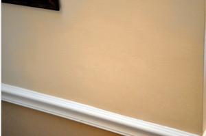 Грамотно подобранная краска скроет следы заделанной дыры.